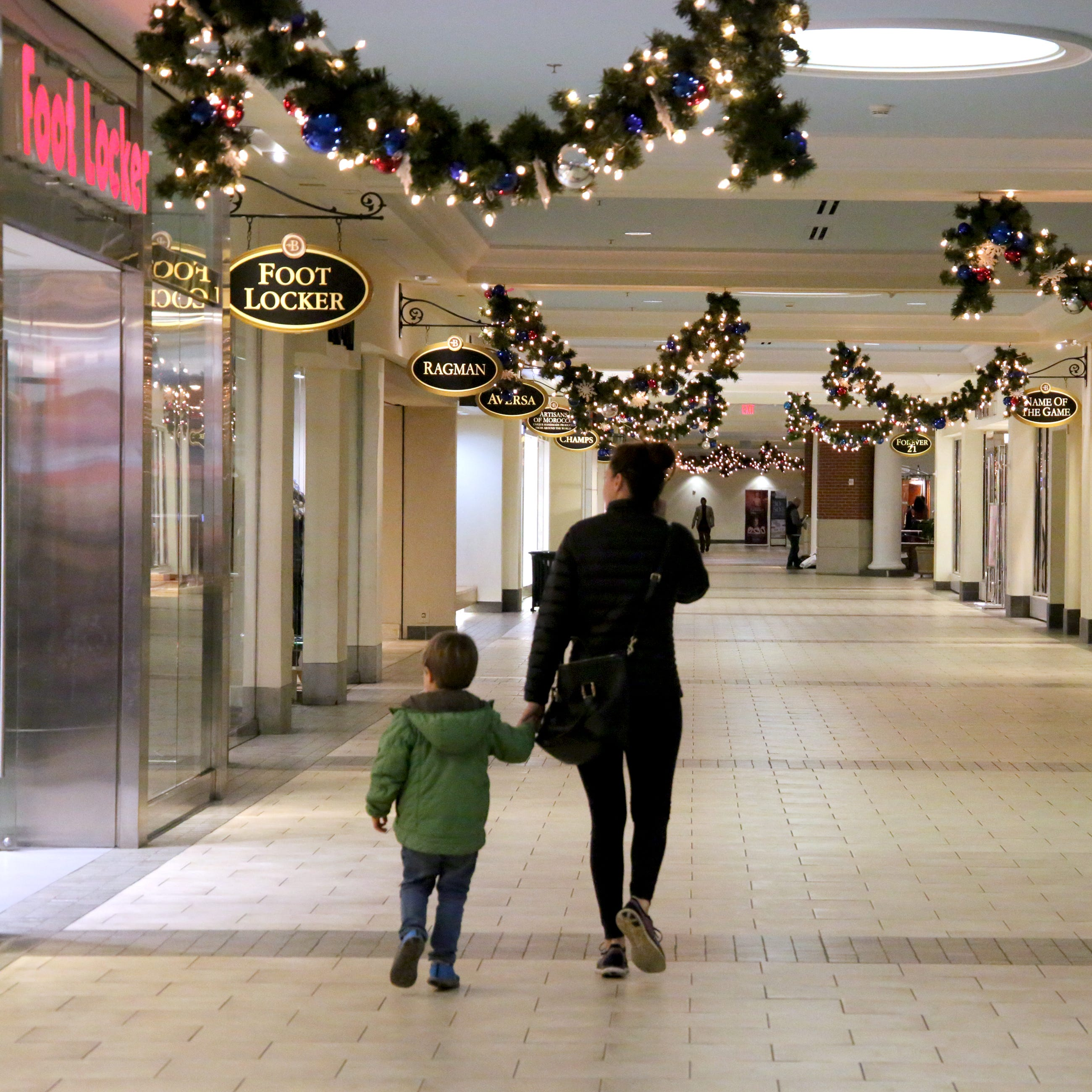 With anchors gone, Milwaukee-area mall retailers head into holiday season with mix of worry, optimism