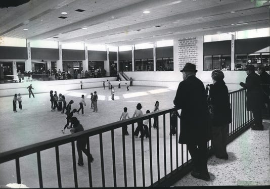 1976 Press Photo Skaters At The Ice Chalet In The Mayfair Shopping Center