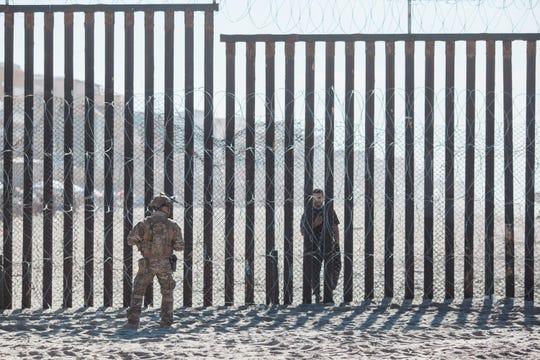 Un oficial de Estados Unidos se para frente a la cerca fronteriza que divide EEUU y México en el Friendship Park el 16 de noviembre de 2018 en San Diego, California.