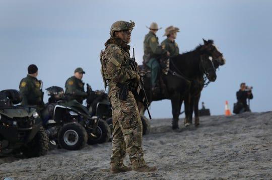 Un militar hace guardia en el lado estadounidense de la valla fronteriza México-Estados Unidos desde Playas de Tijuana, México, el 16 de noviembre de 2018.