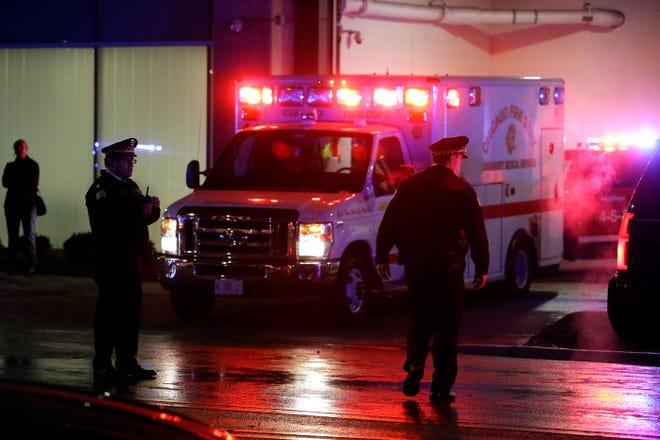 Los oficiales de la policía de Chicago se colocan afuera del Hospital de la Universidad de Chicago mientras la ambulancia que lleva el cuerpo del policía de Chicago Samuel Jimenez es acompañada a la morgue el 19 de noviembre de 2018 en Chicago, Illinois.