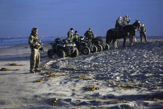 Militares hacen guardia en el lado estadounidense de la valla fronteriza México-Estados Unidos desde Playas de Tijuana, México, el 16 de noviembre de 2018.