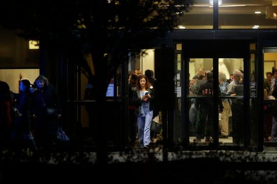 Una enfermera sale del Mercy Hospital después de que un hombre armado disparó a varias personas el 19 de noviembre de 2018 en Chicago, Illinois. Tres personas, incluido el oficial de la policía de Chicago, Samuel Jiménez, murieron cuando un hombre armado irrumpió en el Hospital Mercy.