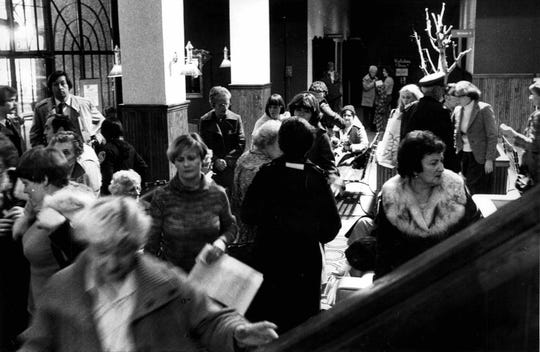 Survivors of the Greece Holiday Inn fire gather in the lobby of the Downtown Holiday Inn. (Bob Gabsky photo, 11/26/1978)