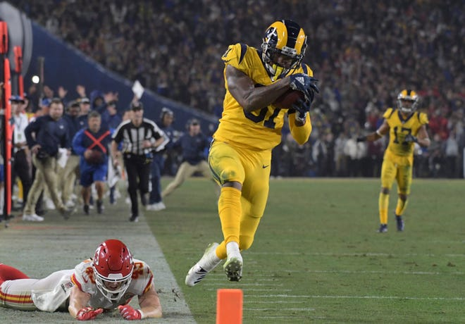 Gerald Everett catches the go-ahead touchdown in the Rams' 54-51 win over the Chiefs.