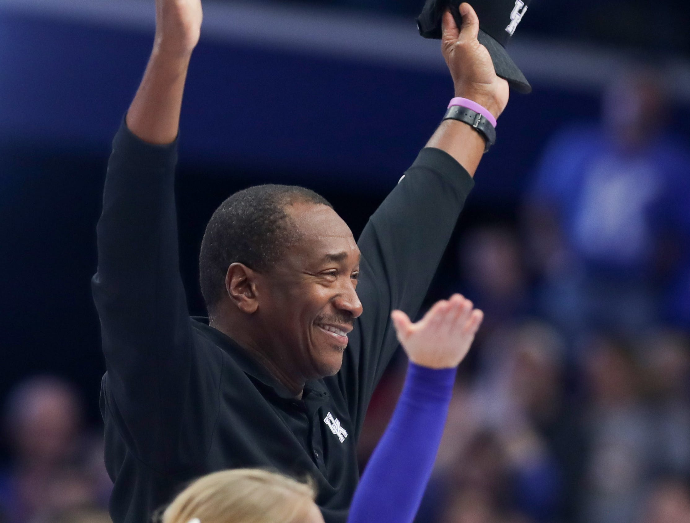 """Former Kentucky Jack """"Goose"""" Givens makes the Y in the spelling of Kentucky during a timeout.  Nov. 21, 2018"""
