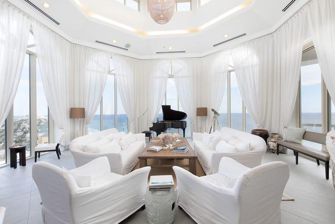 18 Via Deluna Drive PH#1The elegant living area is light and bright.