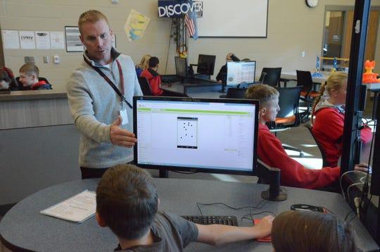 Matt Mueller teaches a SMART Lab class at the Brandon Intermediate School.