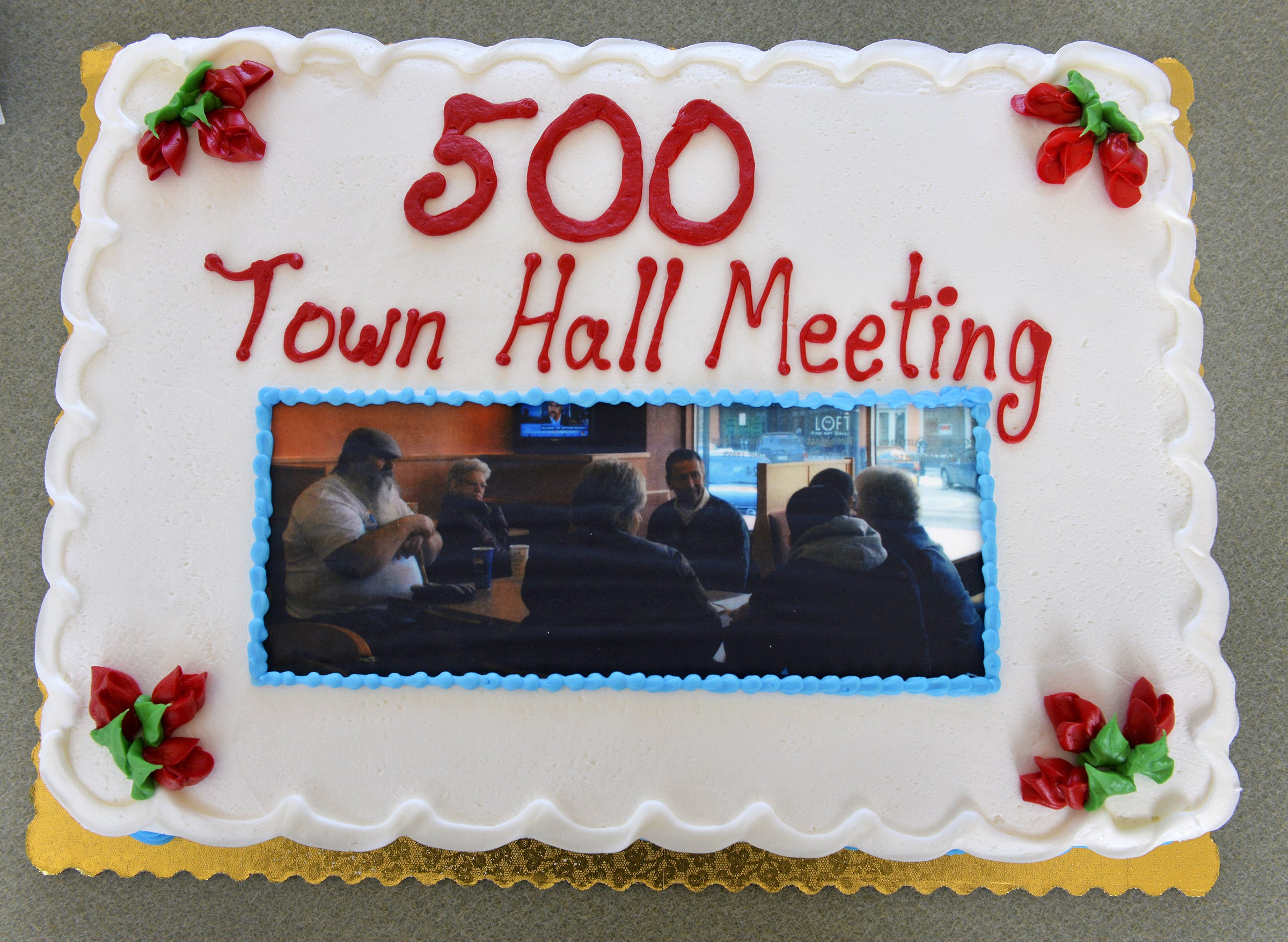 A cake commemorates the 500th town hall meeting with St. Cloud Mayor Dave Kleis in 2015 .