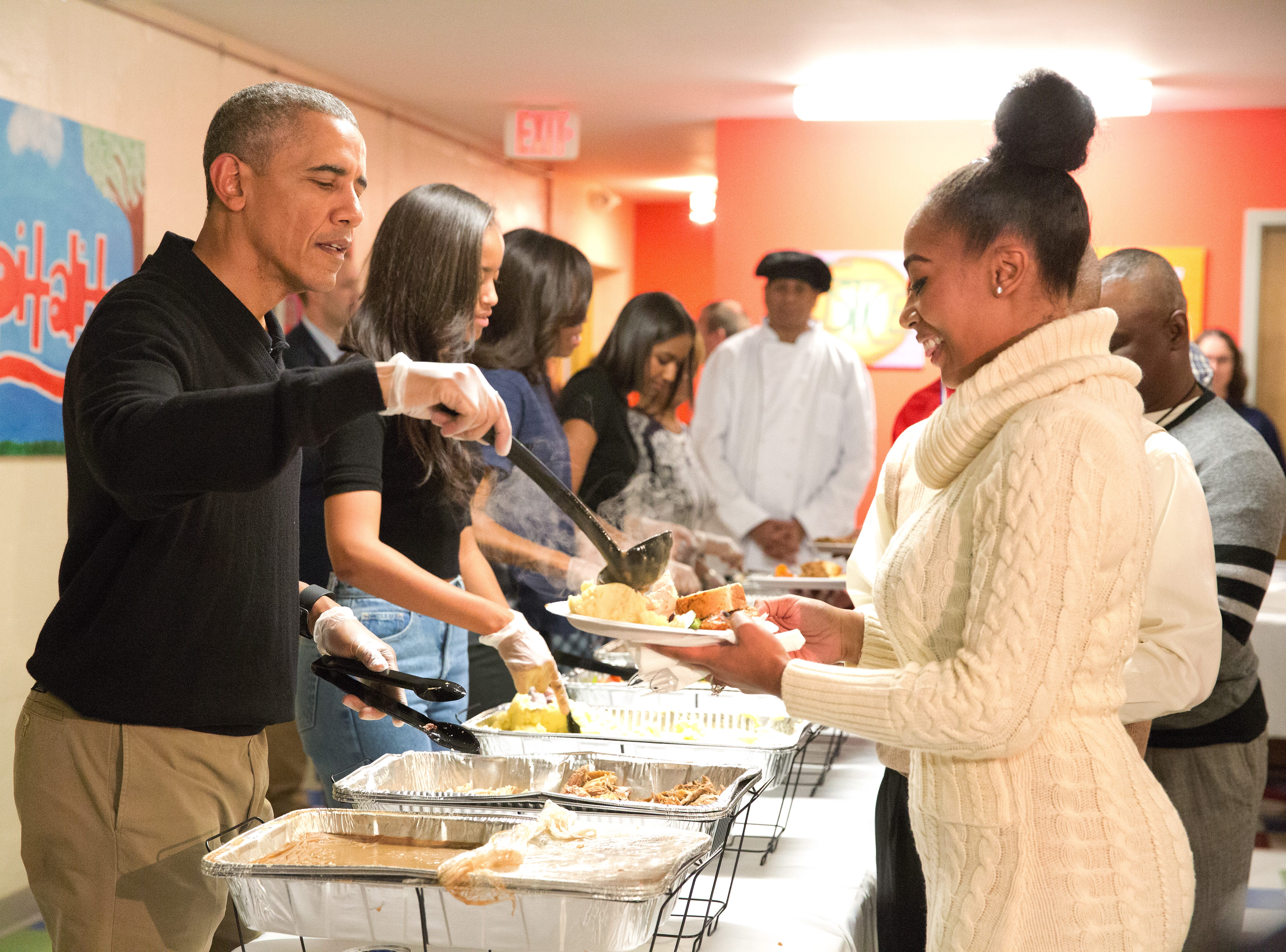 Chicago food bank gets hand from Barack Obama with Thanksgiving prep