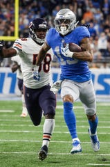 Kenny Golladay runs against Bears linebacker RoQuan Smith during the second half of the Lions' 23-16 loss Thursday.
