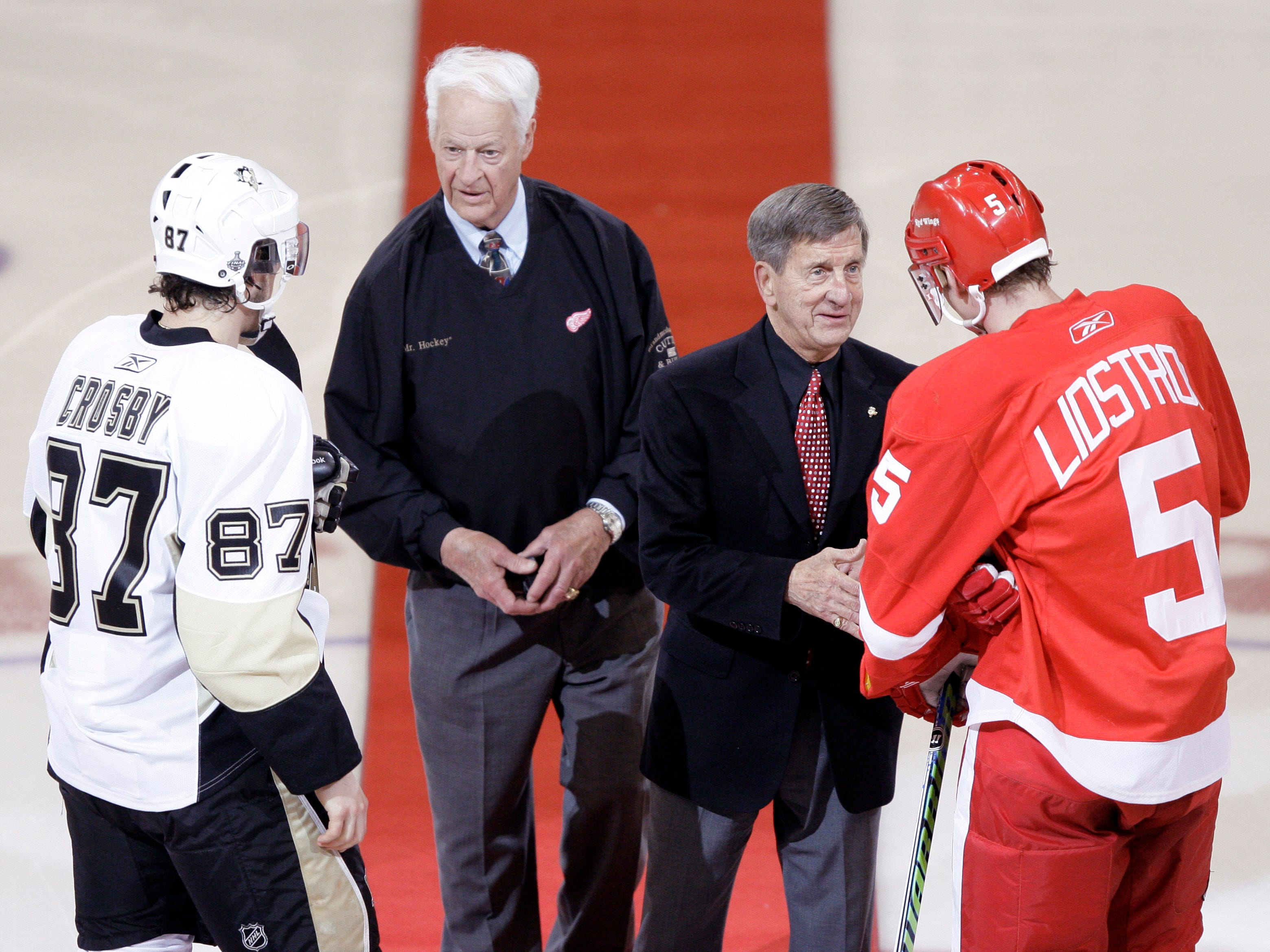 Red Wings hockey legends Gordie Howe and Ted Lindsay meet with Pittsburgh Penguins' Sidney Crosby  and Red Wings' Nicklas Lidstrom to drop the ceremonial first pucks before the start of Game 1 of the NHL hockey Stanley Cup finals in Detroit, May 30, 2009.