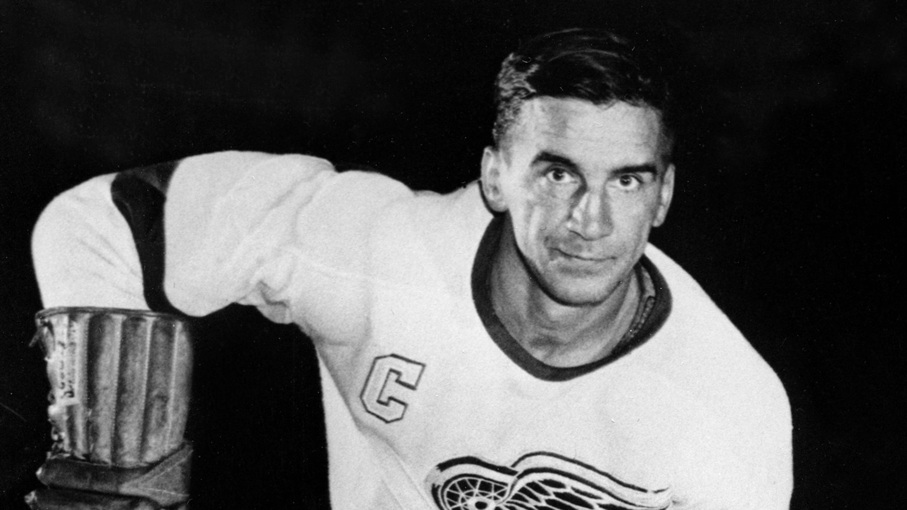 How ONE picture captured who Ted Lindsay was to Detroit Red Wings