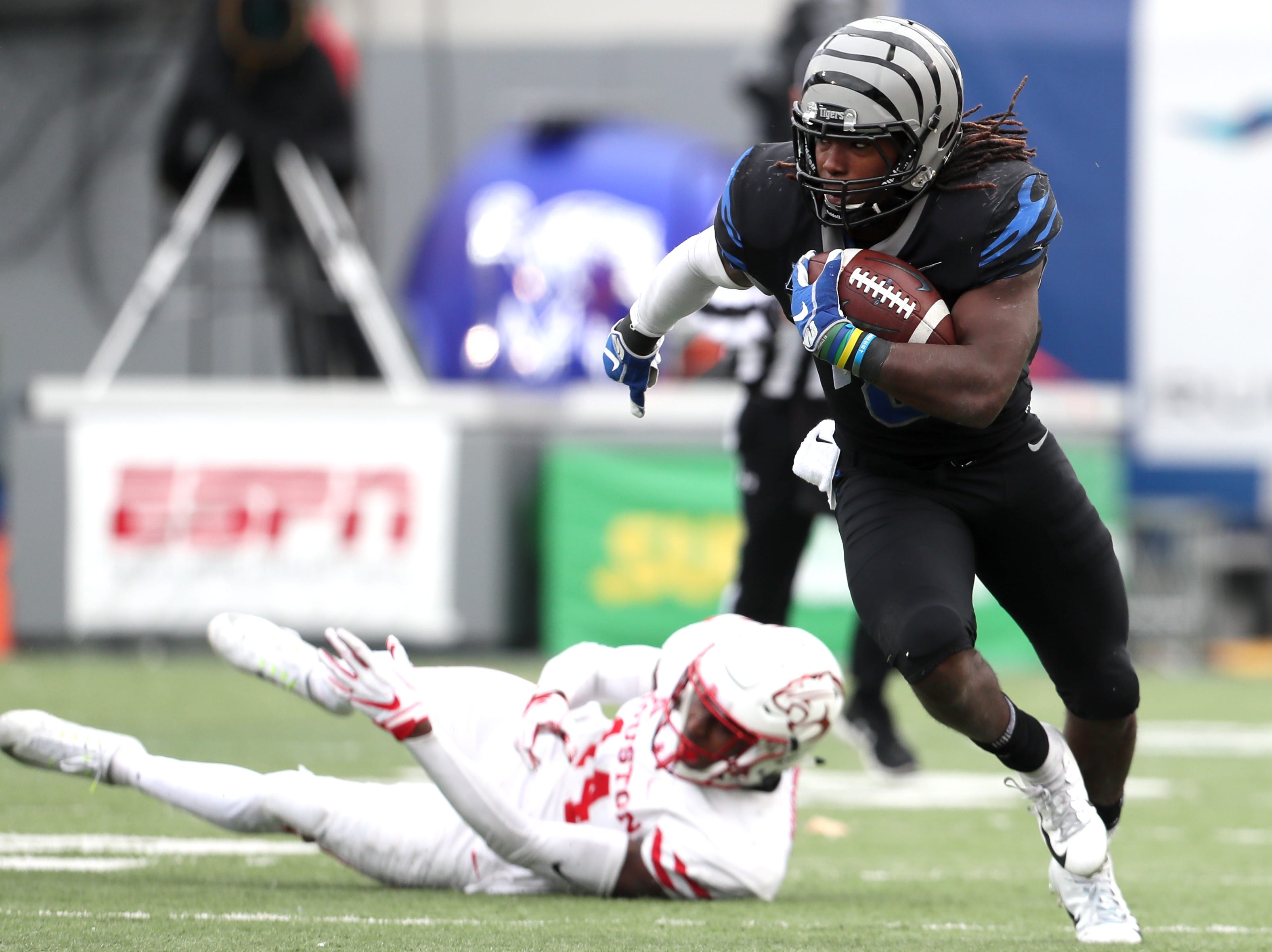 Memphis' Darrell Henderson runs down the sidelines for a touchdown against the Houston Cougars as the Tigers win the AAC West title 52-31 at the Liberty Bowl on Friday, Nov. 23, 2018.