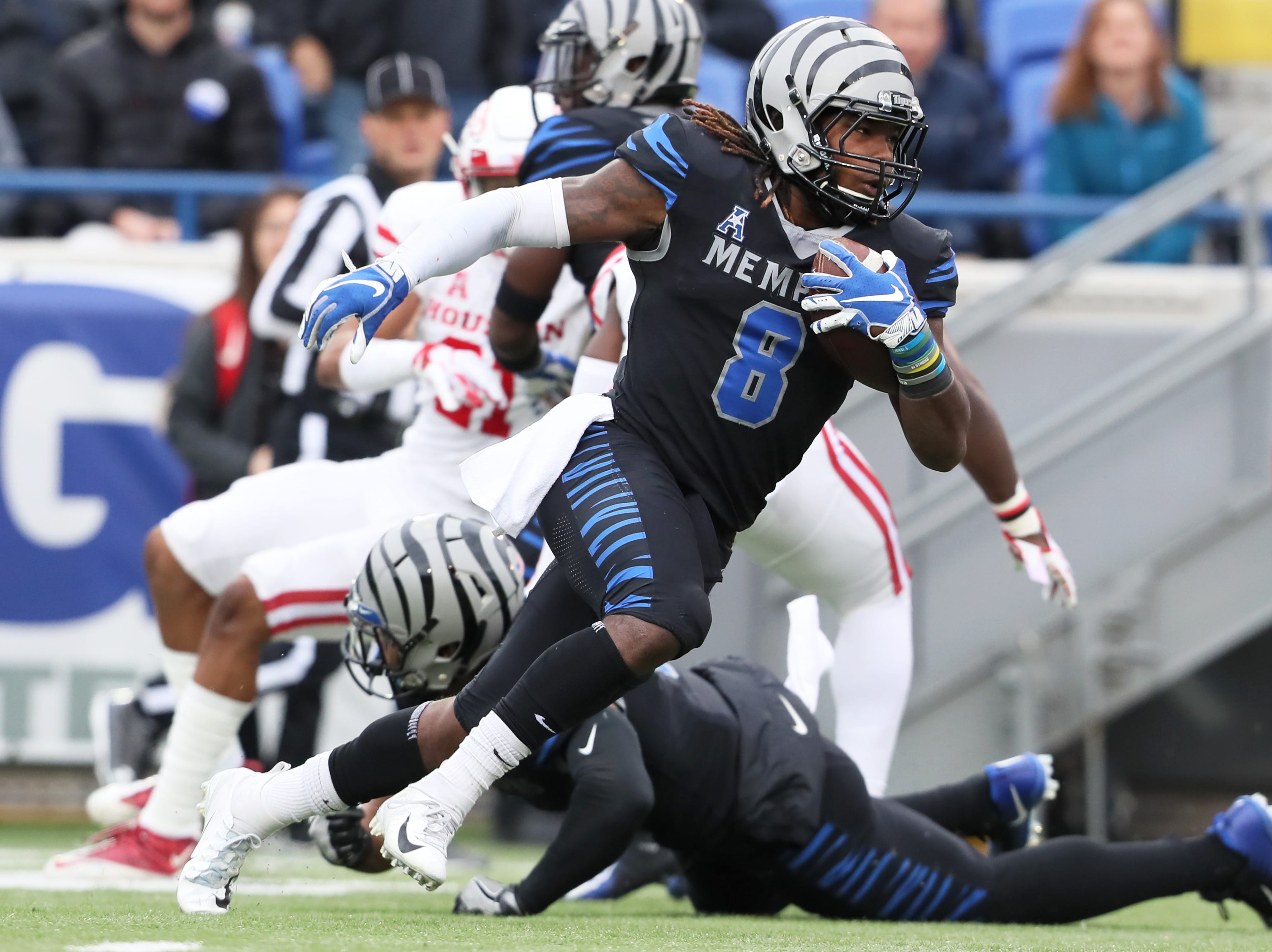 Memphis Tigers' Darrell Henderson runs the ball against the Houston Cougars at the Liberty Bowl on Friday, Nov. 23, 2018.