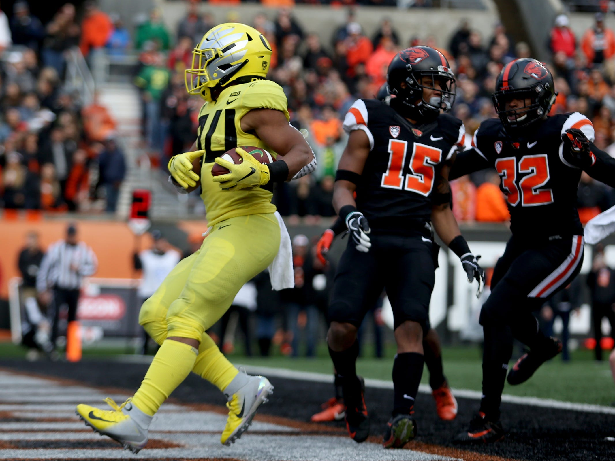 Oregon's CJ Verdell (34) runs in for a touchdown in the Oregon vs. Oregon State Civil war football game at Oregon State University in Corvallis on Friday, Nov. 23, 2018.