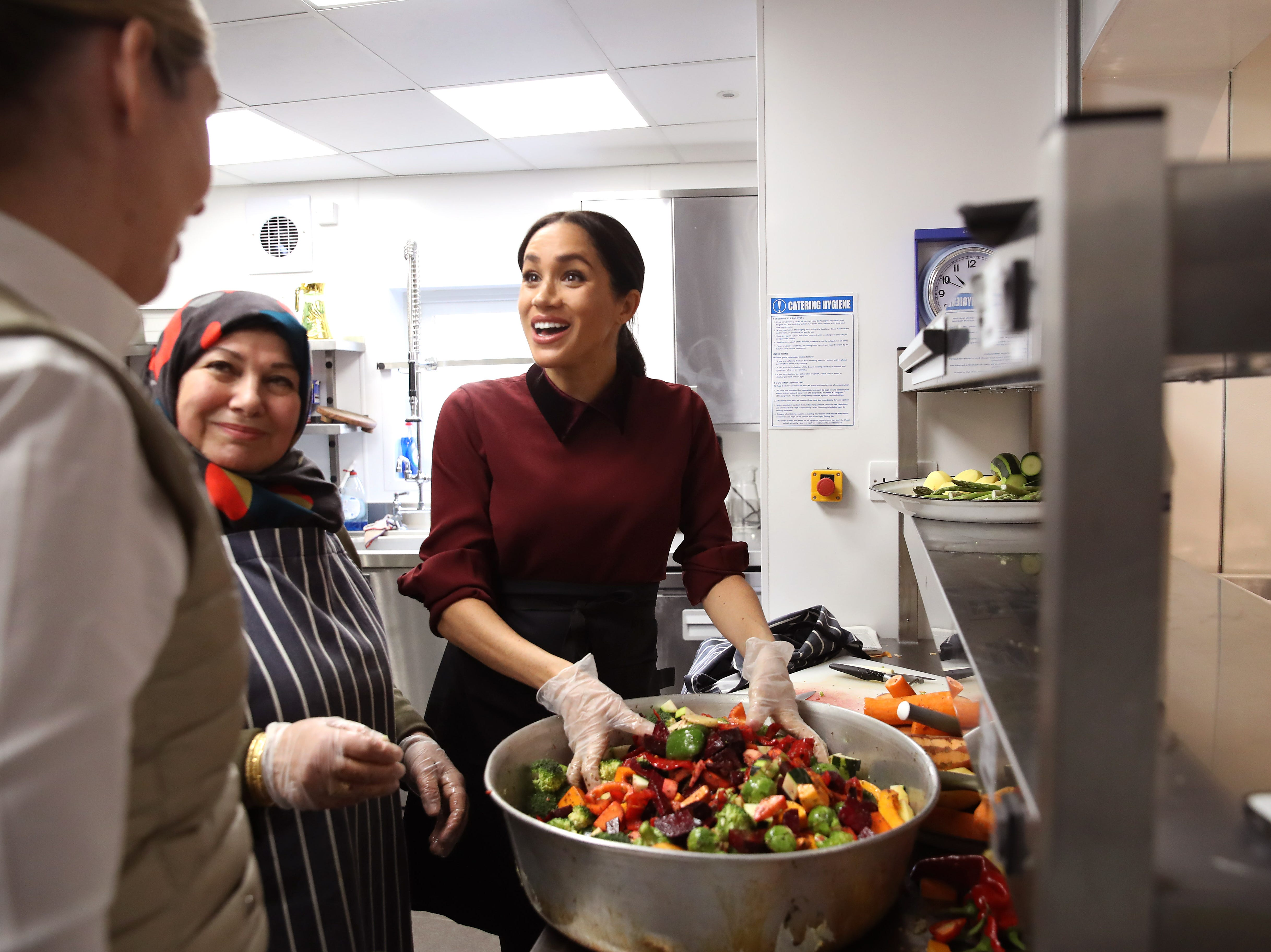 LONDON, ENGLAND - NOVEMBER 21: Meghan, Duchess of Sussex visits the Hubb Community Kitchen to see how funds raised by the 'Together: Our Community' Cookbook are making a difference at Al Manaar, North Kensington on November 21, 2018 in London, England. (Photo by Chris Jackson/Getty Images) ORG XMIT: 775256359 ORIG FILE ID: 1070484644