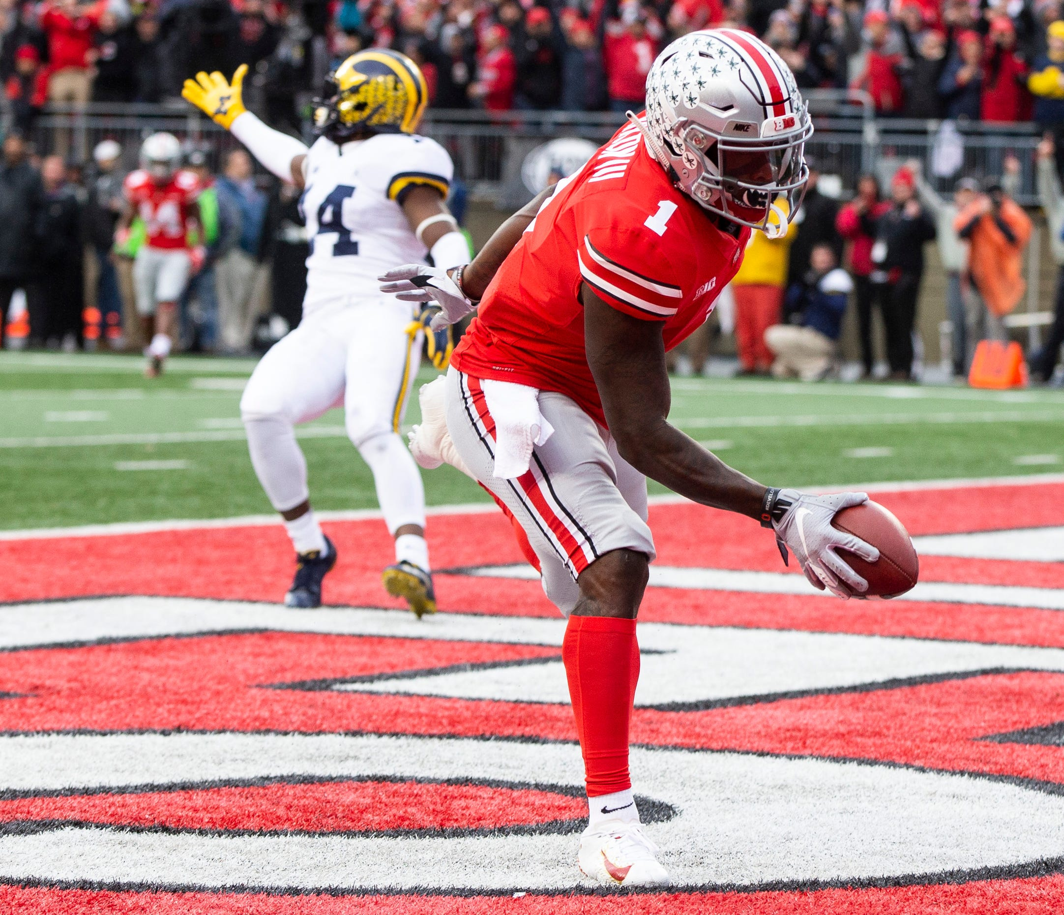 Ohio State's Johnnie Dixon scores a touchdown as Michigan safety Josh Metellus gestures to the officials last season.