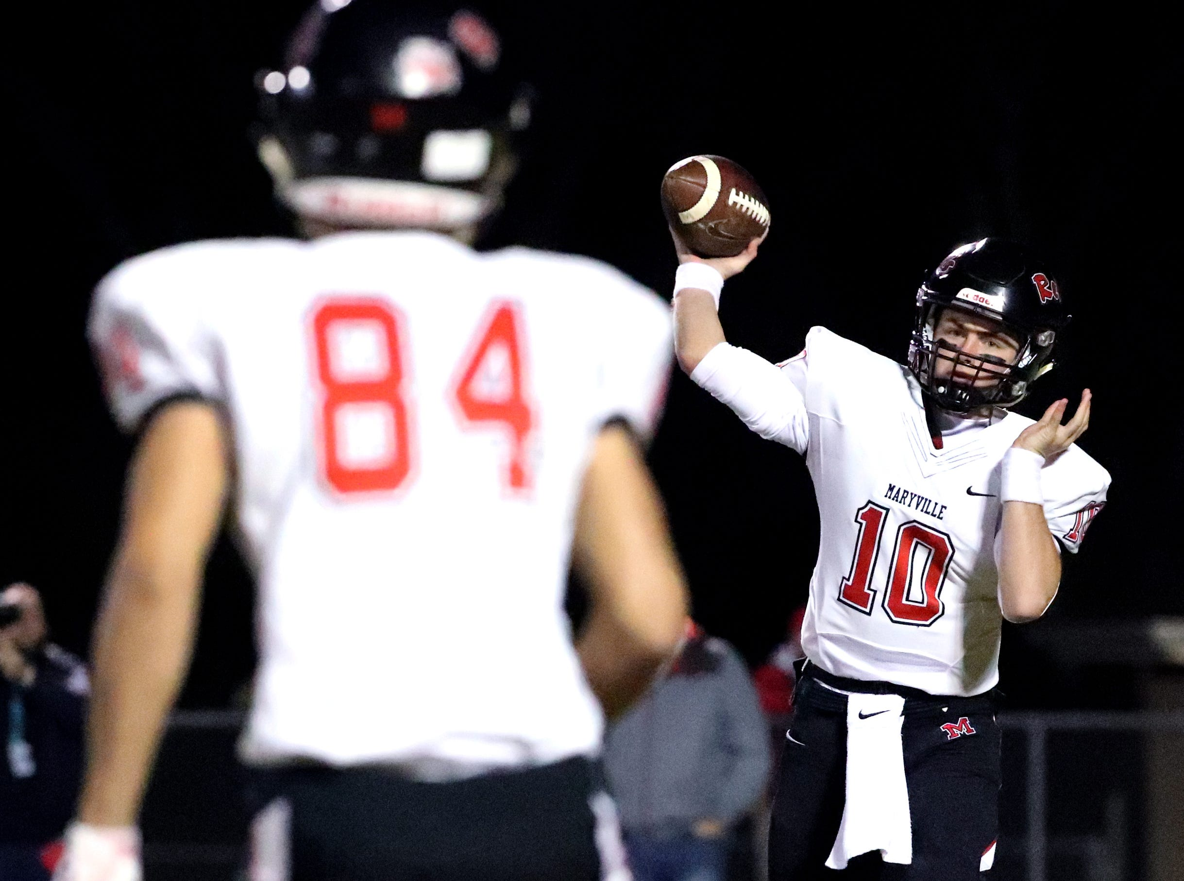Maryville's Braden Carnes (10) passes the ball to Brayden Anderson (84) during the game against Oakland at Oakland in Murfreesboro, on Friday, Aug. 23 2018, during the 6A playoffs.