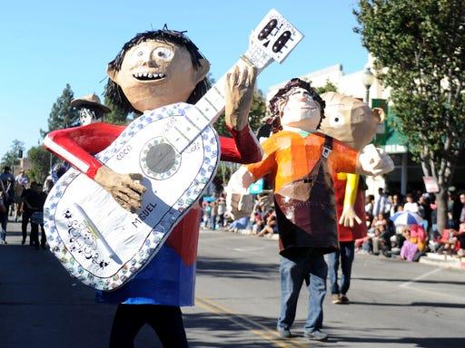 Camarillo Christmas Parade.Christmas Parades Kick Off With 69 Year Santa Paula Tradition