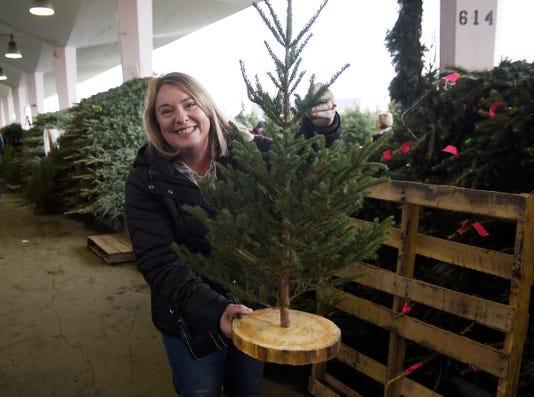 2018 1125 Ctj Me Easternmarket Trees017