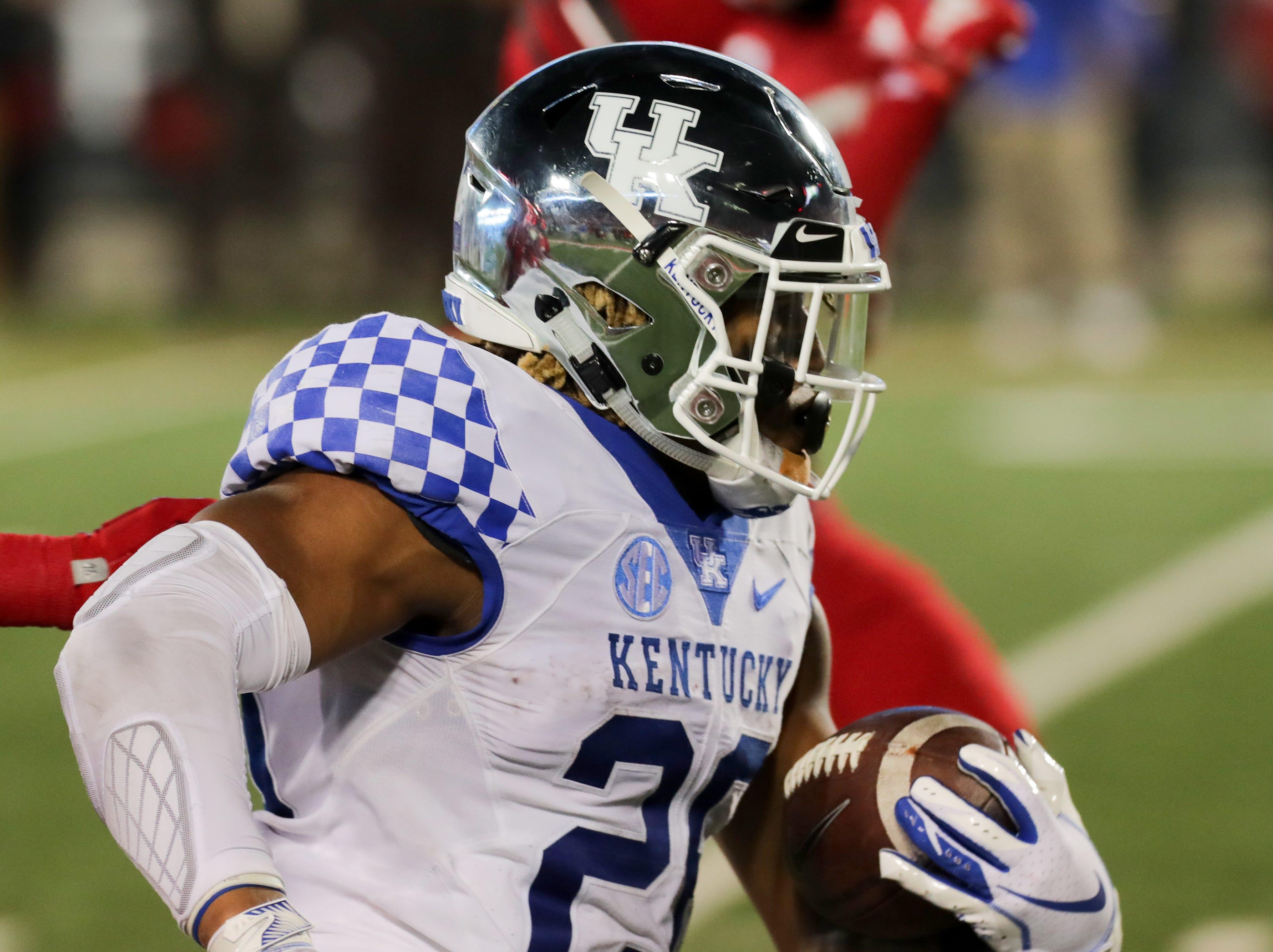 Kentucky's Benny Snell Jr. runs in a touchdown against Louisville.  Nov. 24, 2018