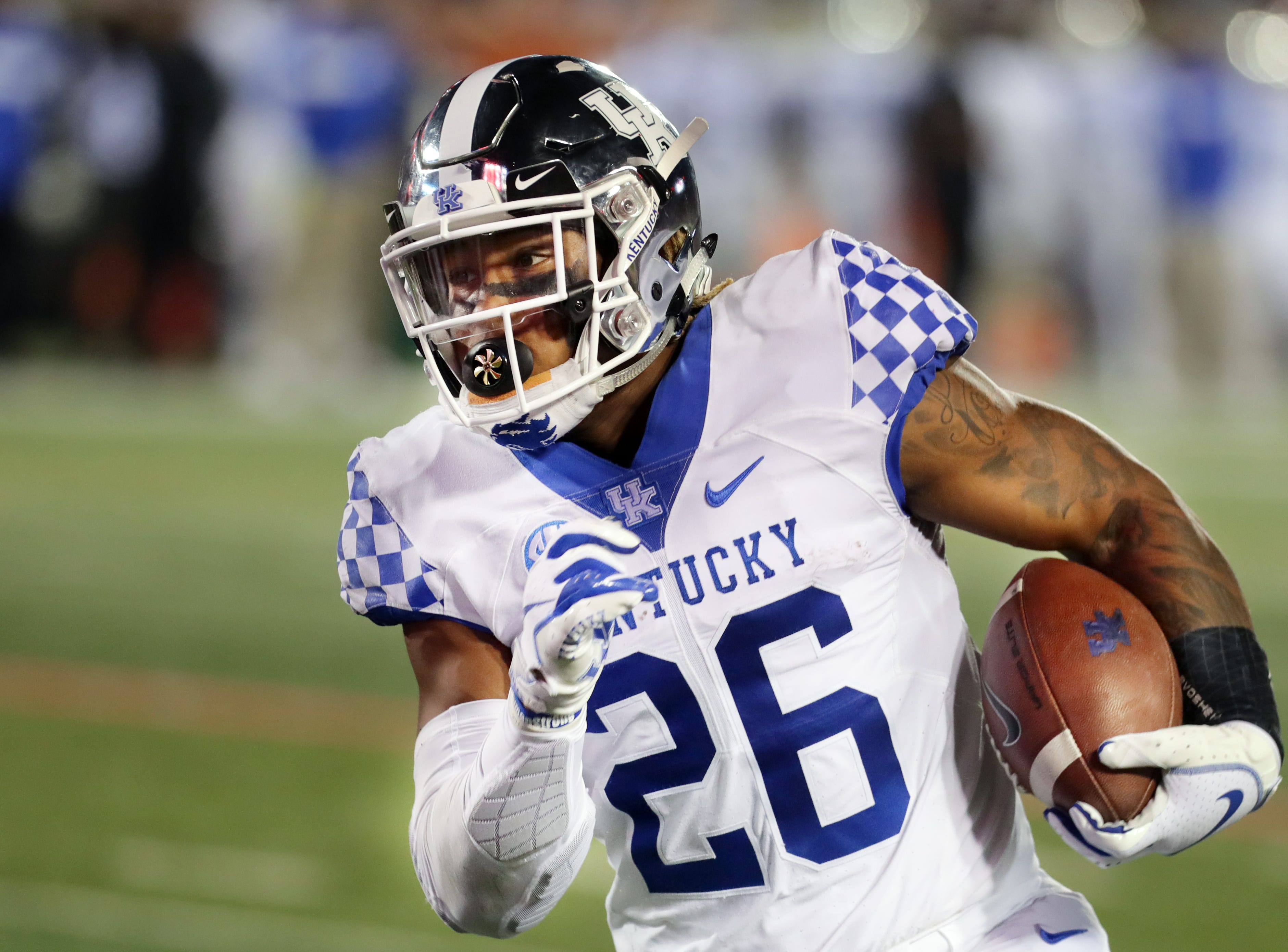 Kentucky's Benny Snell Jr. is untouched as he goes in for a touchdown. 
