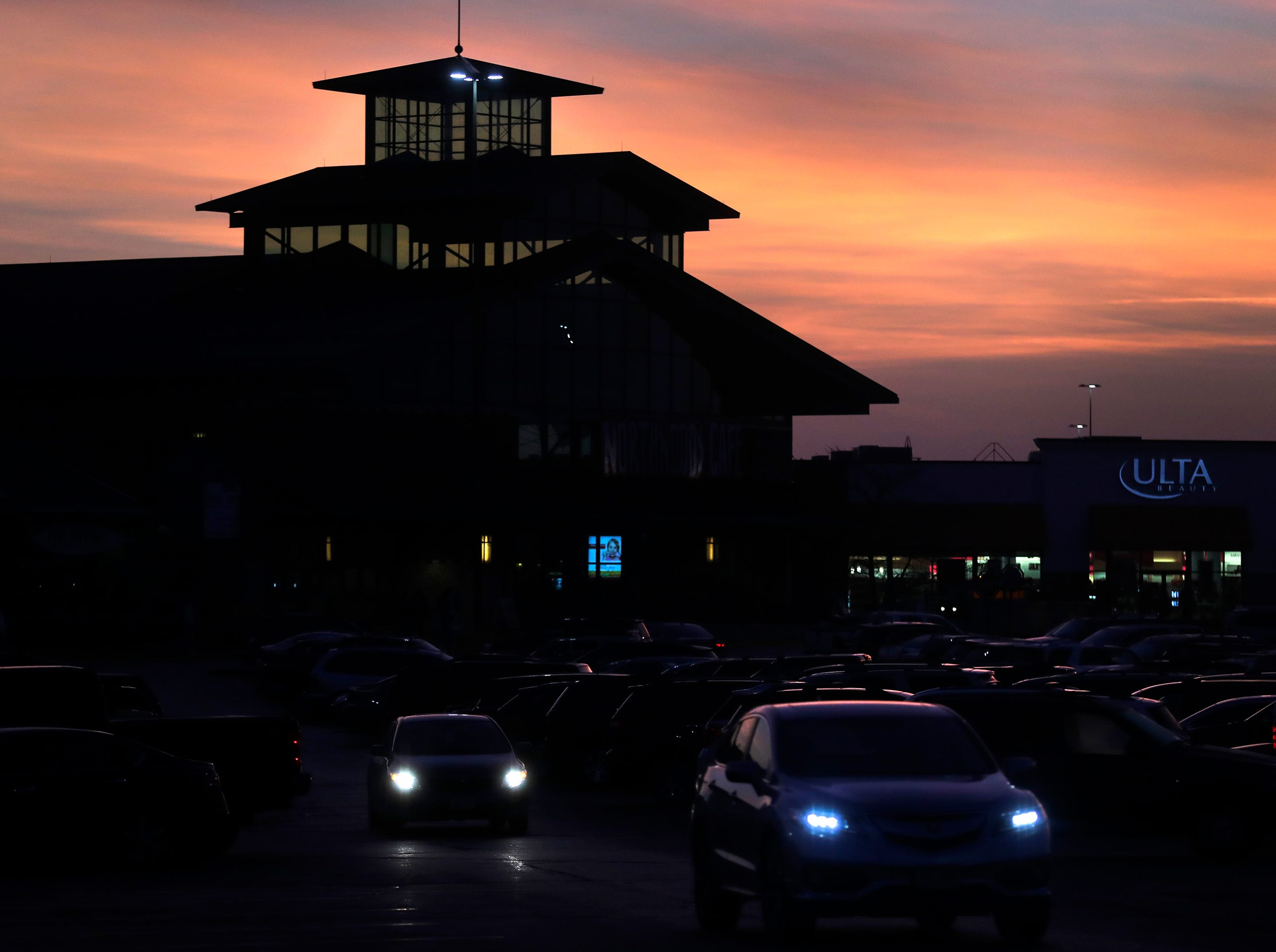 The sun rises over a full parking lot on Black Friday at the Fox River Mall on Friday, Nov. 23, 2018 in Grand Chute, WisWm. Glasheen/USA TODAY NETWORK-Wisconsin.