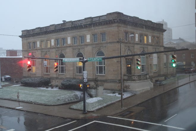 A light snowfall started to blanket downtown Mansfield just before dusk Monday.