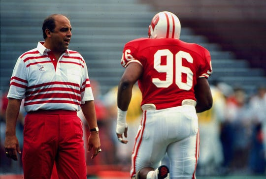 Barry Alvarez talks to a Badgers player in 1991.