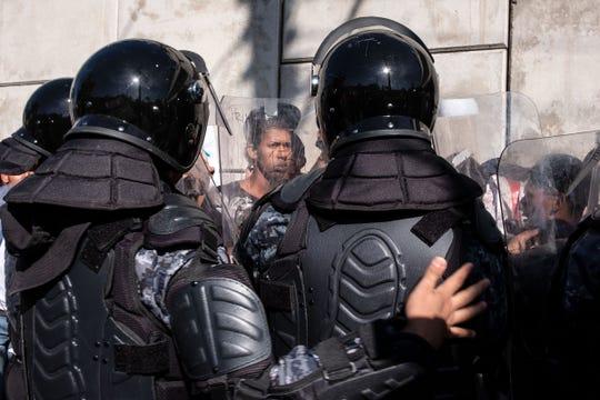 Los migrantes centroamericanos, principalmente de Honduras, luchan con los oficiales de la policía mexicana cerca del cruce fronterizo de El Chaparral, cerca de la frontera México-Estados Unidos, en Tijuana, estado de Baja California, México, el 25 de noviembre de 2018.
