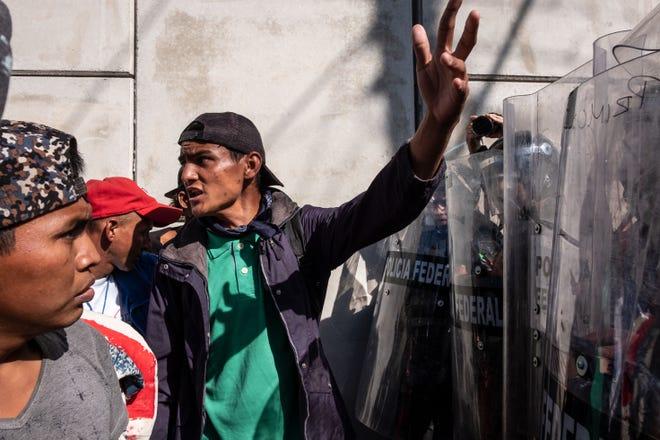Los oficiales de la policía mexicana bloquean el camino a los migrantes centroamericanos, principalmente de Honduras, que desean llegar al cruce fronterizo de El Chaparral cerca de la frontera entre México y Estados Unidos, en Tijuana, estado de Baja California, México, el 25 de noviembre de 2018.