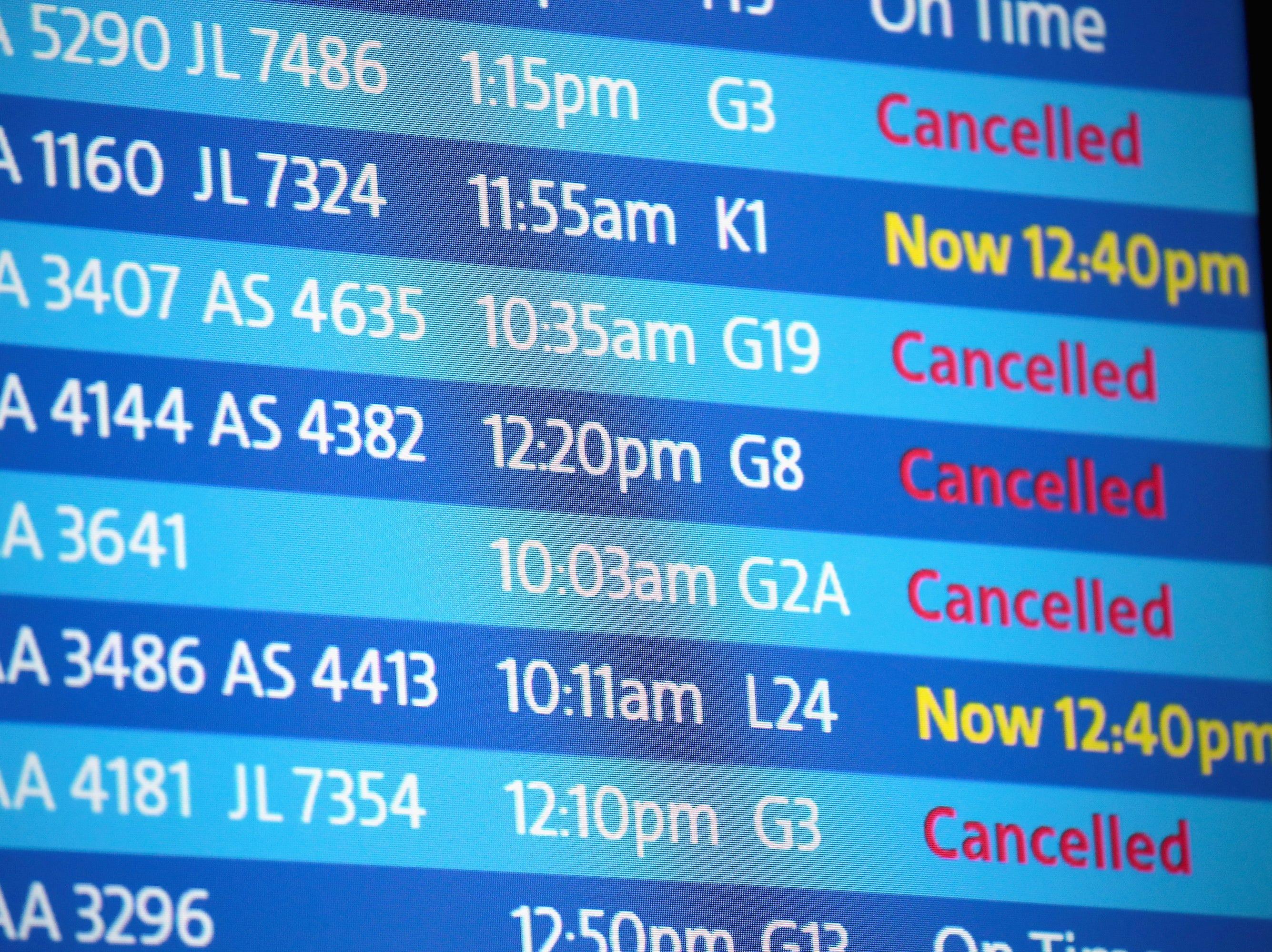 El tablero muestra las demoras y cancelaciones de vuelos en el Aeropuerto Internacional O'Hare después de una tormenta de nieve que dejó más de 7 pulgadas de nieve en el aeropuerto el 26 de noviembre de 2018 en Chicago, Illinois. La tormenta también causó decenas de accidentes de tráfico y dejó a miles sin electricidad.