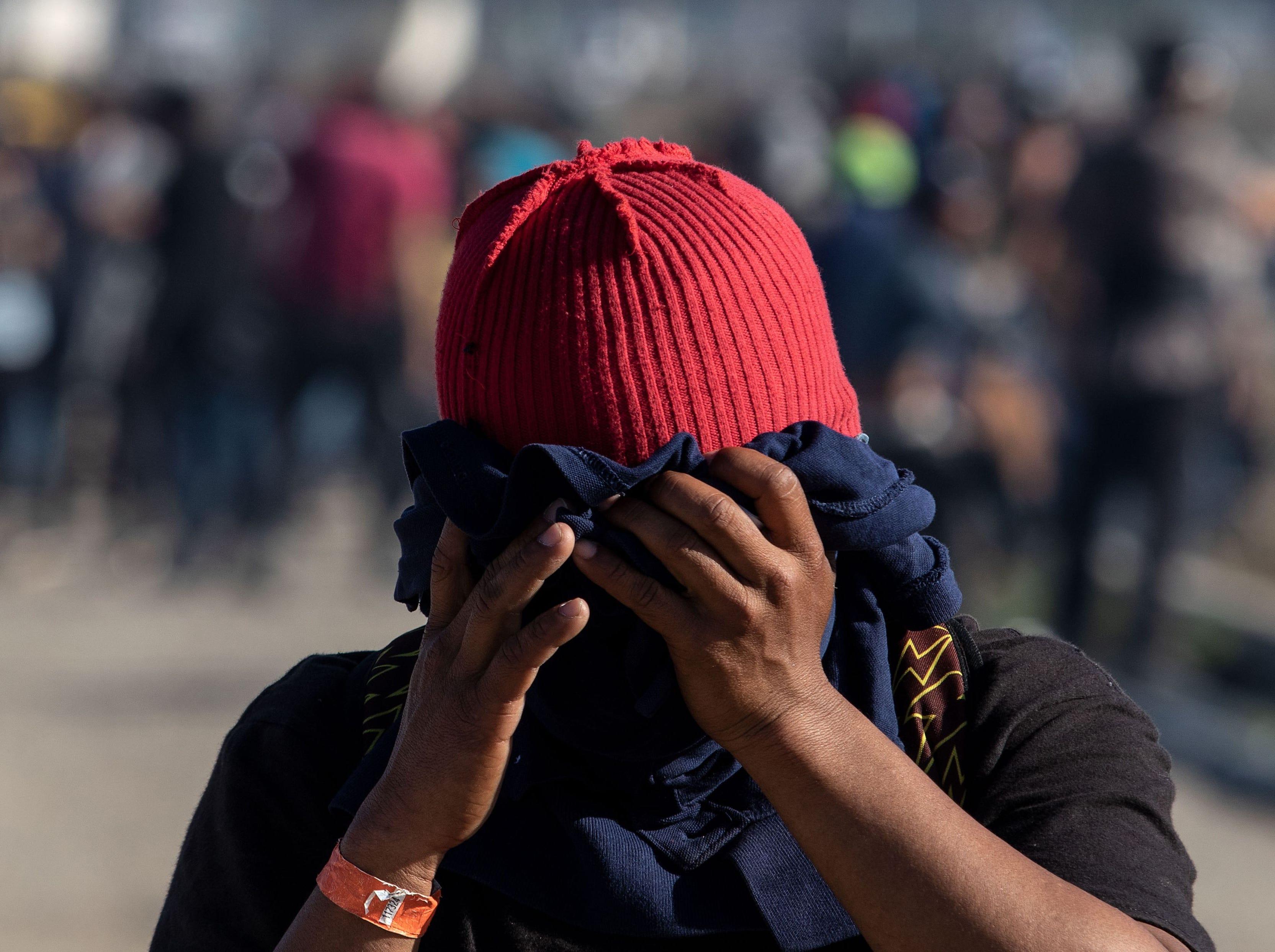 239/5000 Un migrante centroamericano se cubre la cara cerca del cruce fronterizo de El Chaparral en Tijuana, estado de Baja California, México, luego de que la Patrulla Fronteriza de EE.UU. lanzara gases lacrimógenos para dispersar a una multitud después de una supuesta disputa verbal, el 25 de noviembre de 2018.