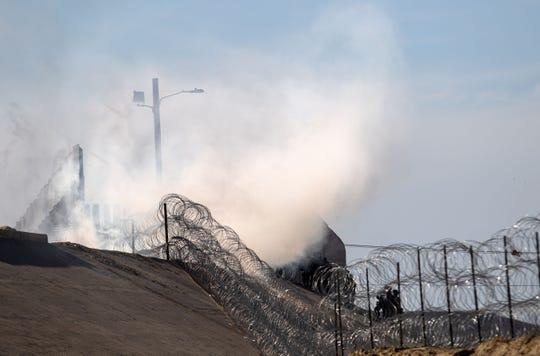 Gas lacrimógeno lanzado por la Patrulla Fronteriza de EE. UU para dispersar a los migrantes centroamericanos, principalmente hondureños, luego de una supuesta disputa verbal cerca del cruce fronterizo de El Chaparral en Tijuana, estado de Baja California, México, cerca de la frontera con México, el 25 de noviembre , 2018.