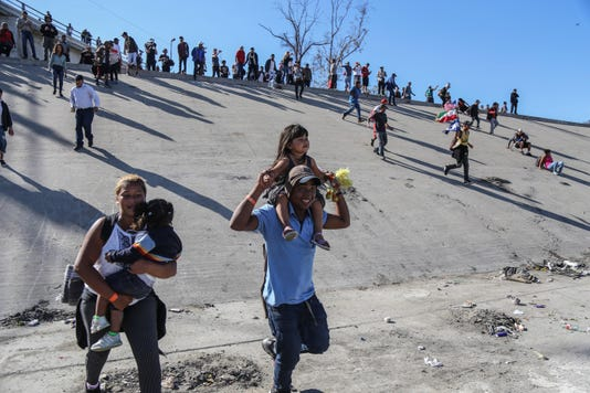 Migrantes Intentan Cruzar Muro Con Ee Uu Y Reciben Gas Lacrim Geno