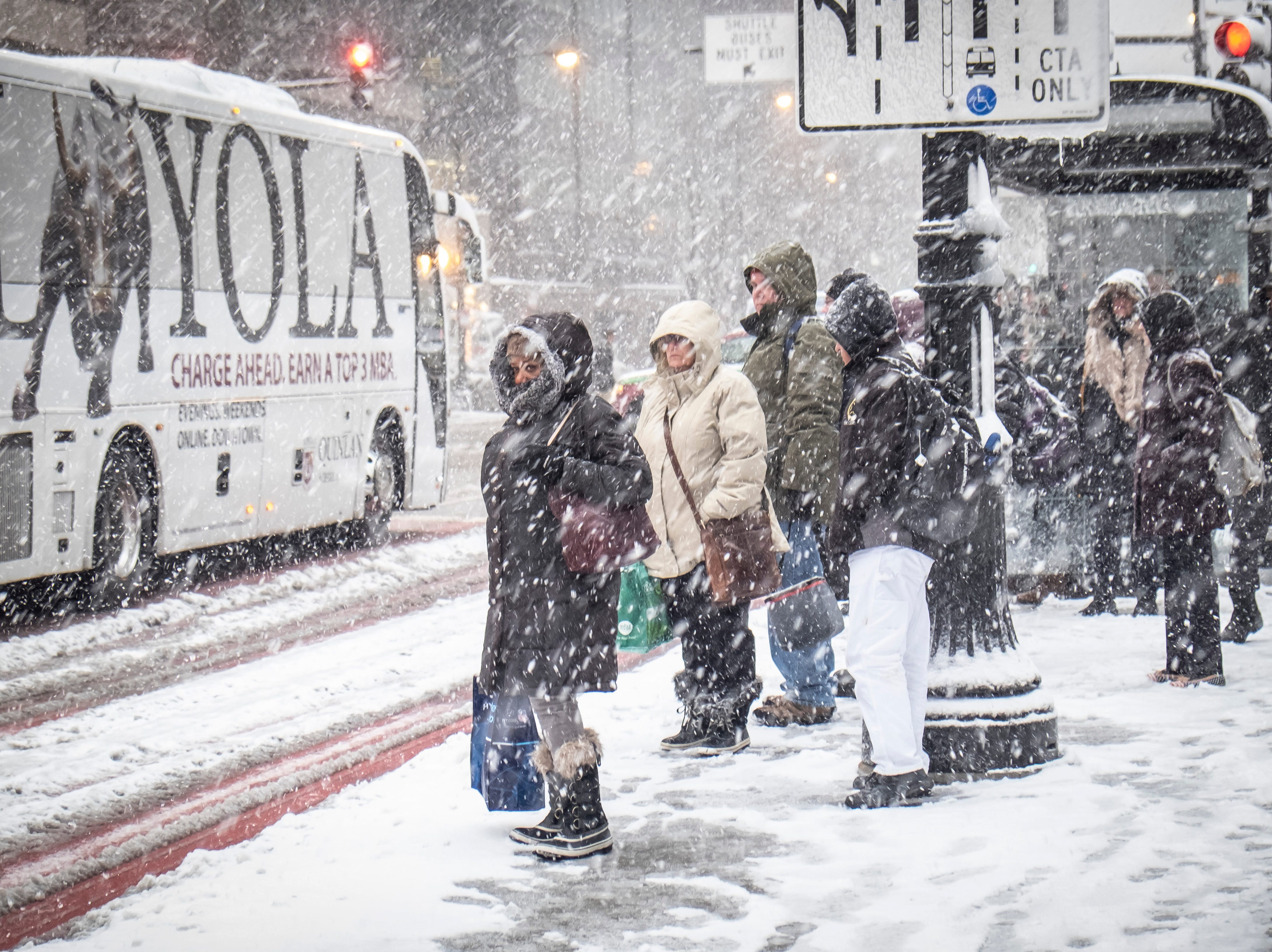 Residentes esperan los autobuses de CTA cerca de la estación Union en Chicago el 26 de noviembre de 2018. Una tempestad invernal trajo condiciones de tormenta de nieve a partes del Medio Oeste el lunes temprano, aterrizando cientos de vuelos y causando un caos en el tráfico mientras los viajeros regresaban al trabajo después del fin de semana de Acción de Gracias.