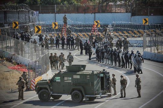 El personal militar de los Estados Unidos y los agentes de la Patrulla Fronteriza aseguran la frontera entre los Estados Unidos y México el 25 de noviembre de 2018 en el punto fronterizo de San Ysidro al sur de San Diego, California. - Las autoridades estadounidenses cerraron un cruce fronterizo en el sur de California el domingo luego de que cientos de migrantes intentaron romper una cerca fronteriza desde la ciudad mexicana de Tijuana.