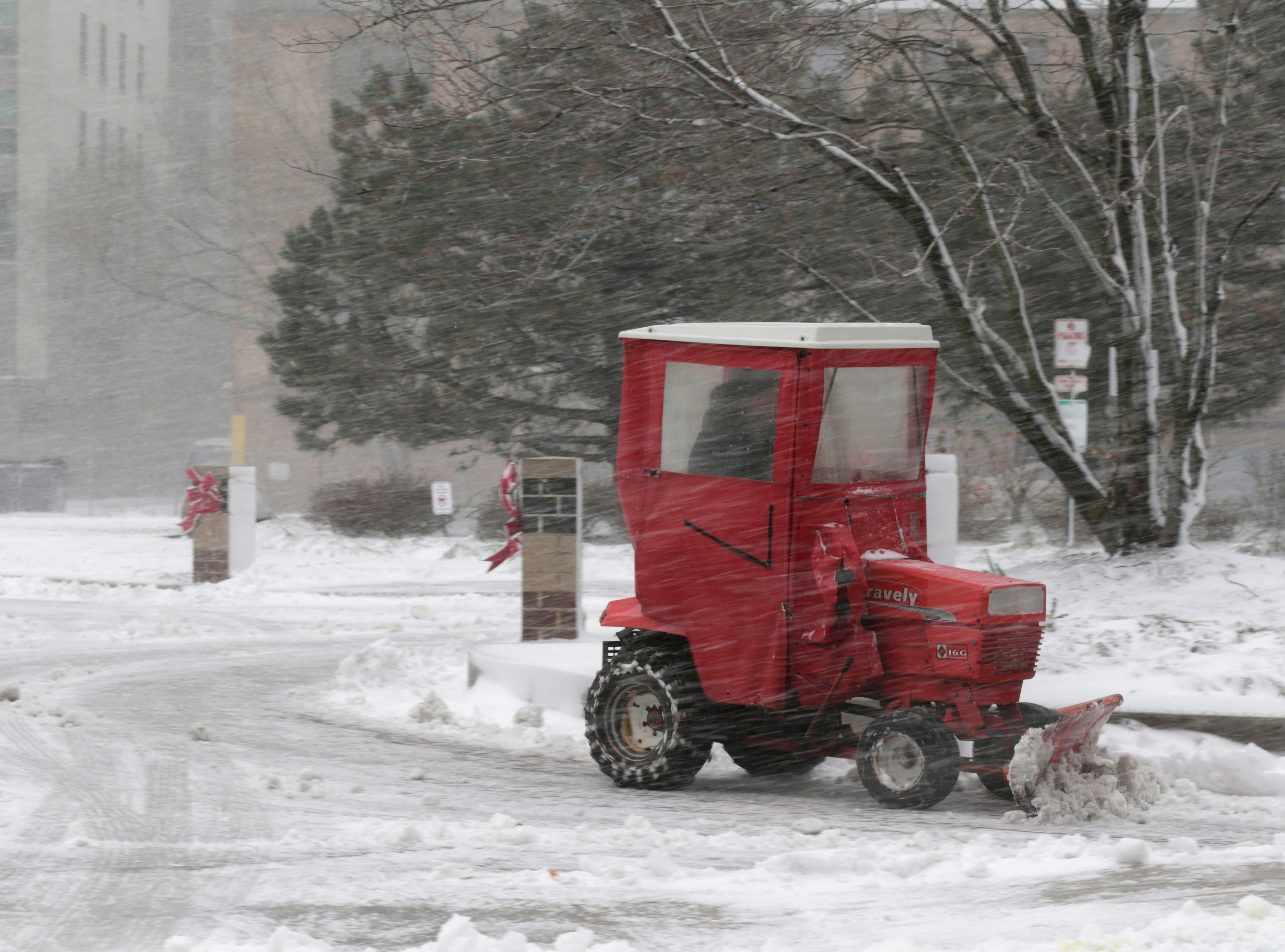 Un hombre hace un camino de entrada cuando cae la nieve, el lunes 26 de noviembre de 2018, en Chicago. Una tempestad invernal trajo condiciones de tormenta de nieve a partes del Medio Oeste el lunes temprano, aterrizando cientos de vuelos y causando un caos en el tráfico mientras los viajeros regresaban al trabajo después del fin de semana de Acción de Gracias.