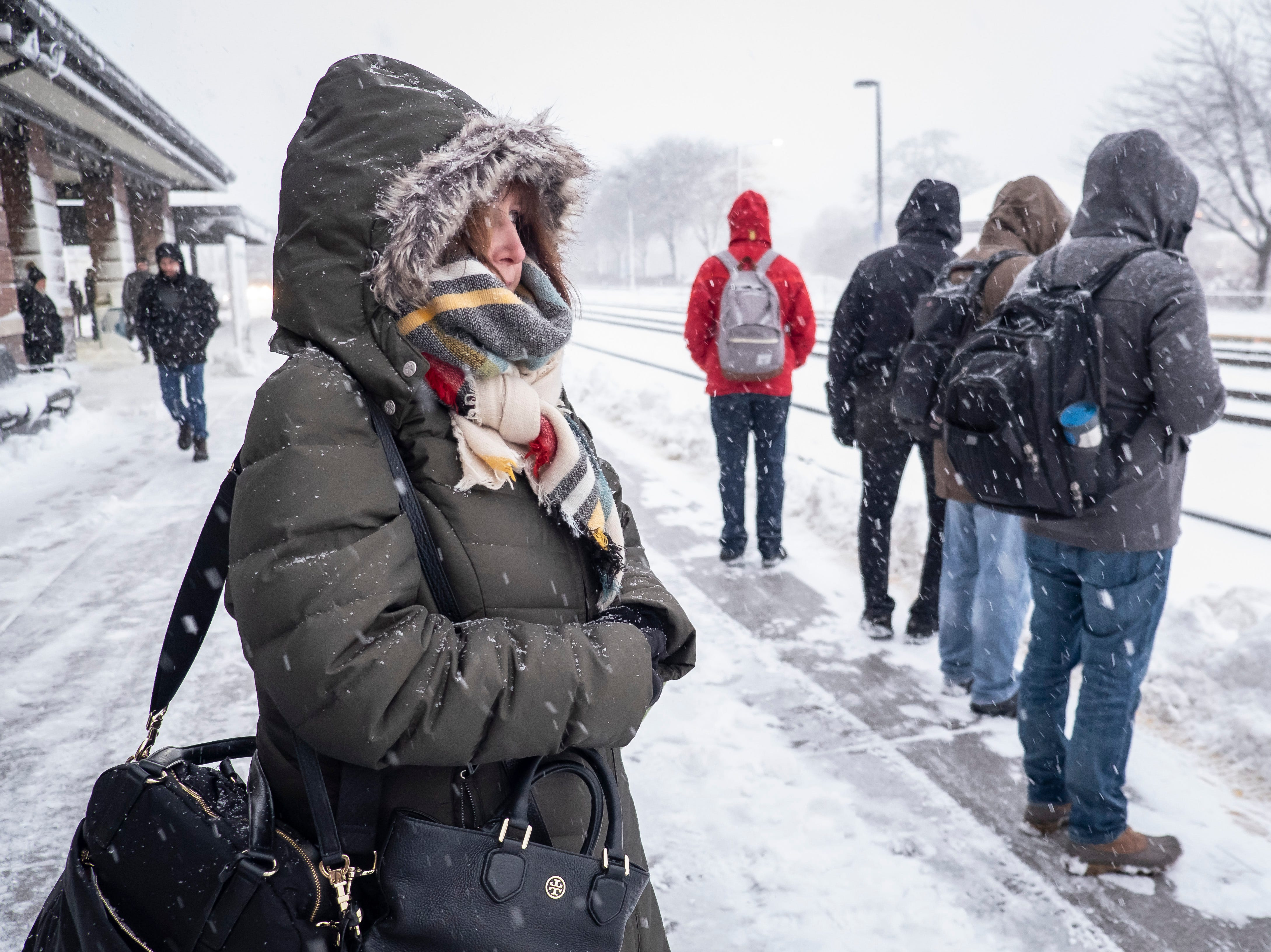 Carol Vervoort espera en la estación Naperville Metra en Chicago el lunes 26 de noviembre de 2018. Una tempestad invernal trajo condiciones de tormenta de nieve a partes del Medio Oeste el lunes temprano, aterrizando cientos de vuelos y causando un caos en el tráfico mientras los viajeros regresaban al trabajo después del fin de semana de Acción de Gracias.