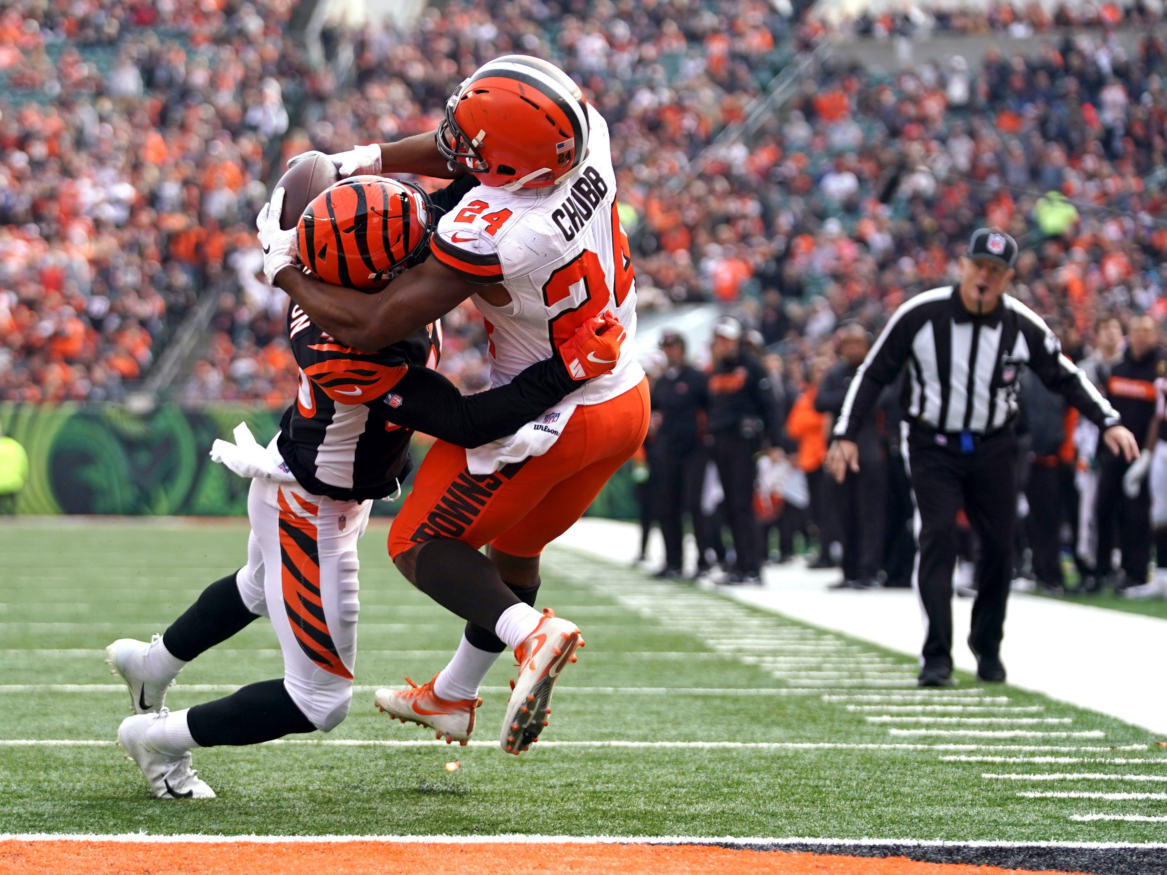 Cleveland Browns running back Nick Chubb reaches behind the helmet of Cincinnati Bengals defensive back Brandon Wilson to catch a touchdown pass in Week 12.