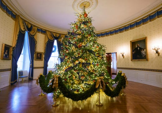 Melania S Red Christmas Trees Reaction Shocks Decorations Volunteer