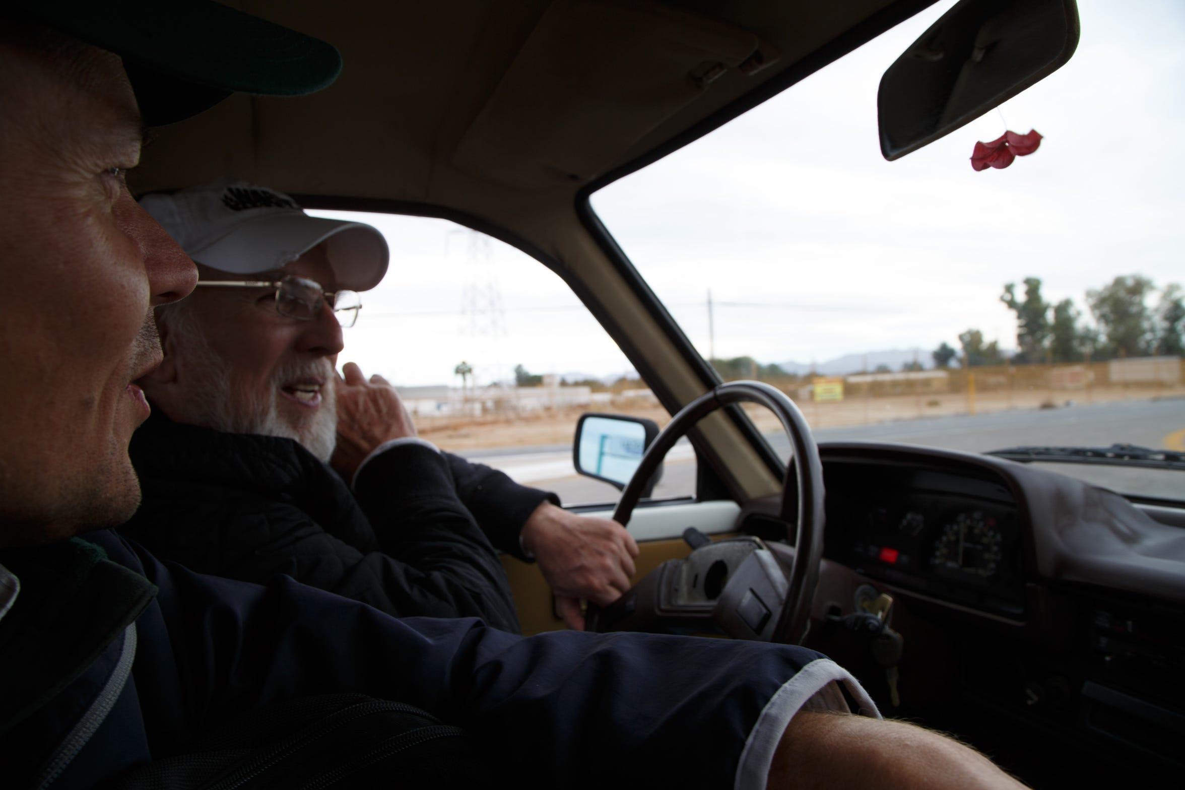 Ian James, izquierda, recorre un área de Mexicali junto a Rays Askins, un activista ambiental.