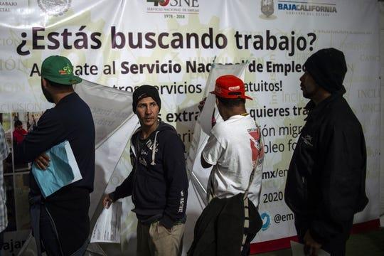 Migrantes centroamericanos participan en una feria de empleo en Baja California.
