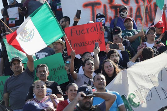 Un grupo de personas protestan por la presencia de migrantes centroamericanos en Tijuana.