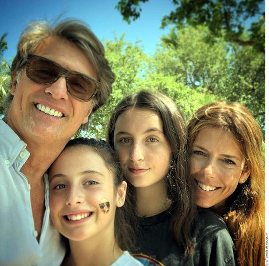 Juan Soler y Maki, acompañados de sus dos hijas.