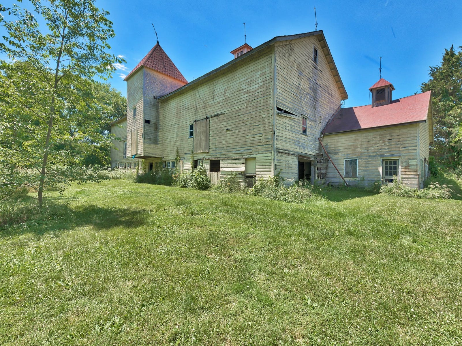 Built in  the mid 1780s and also known as The John I. Crawford Farm, Hopewell Farm in Orange County it is one of the best preserved farms from that time and remains an iconic landmark in the town of Crawford.