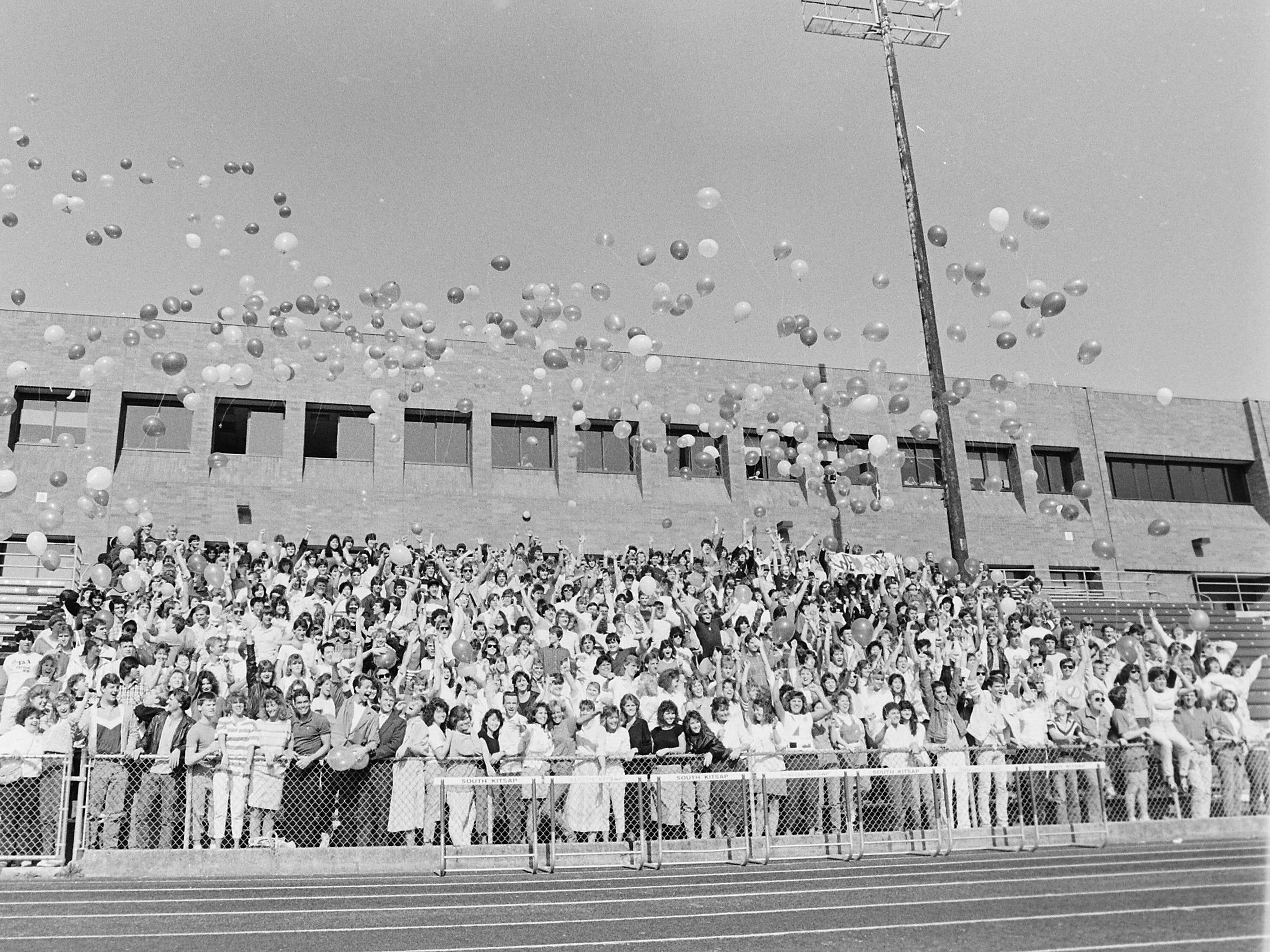 05/26/87SK Grads Release Balloons
