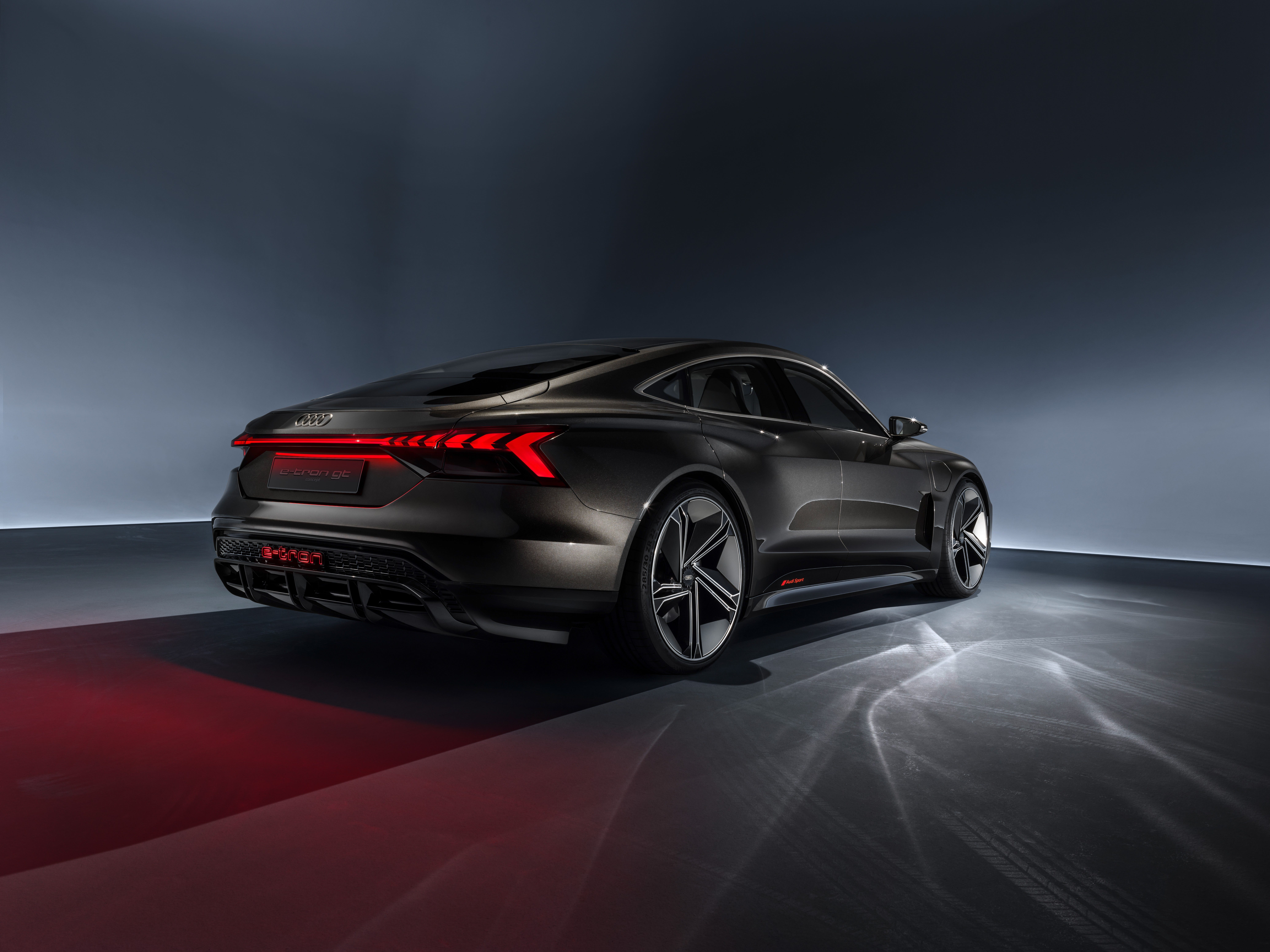 The battery in the Audi e-tron GT concept can be charged using a cable which is connected behind the flap in the left front wing, or by means of contactless induction with Audi Wireless Charging.