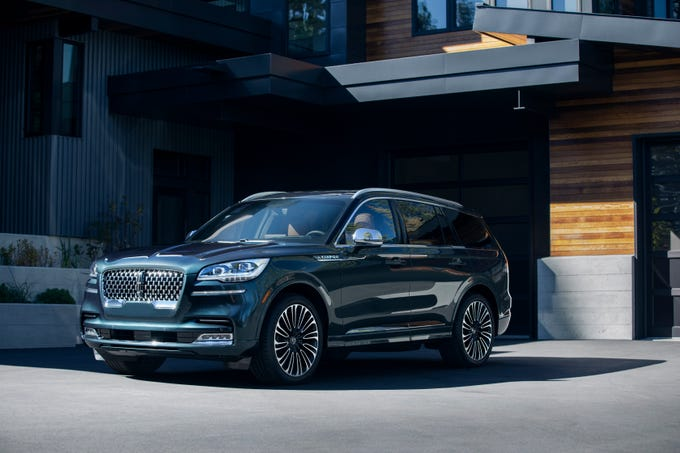 Ford's Lincoln unveiled thethree-row Aviator SUV at the LA Auto Show withmore horsepower than a Audi Q7 plugin and a long, Range Rover-like, rear-wheel-drive greenhouse.